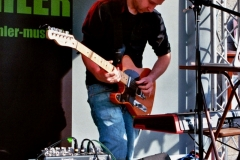 16-kunstfehler-live-musik-konzert-show-koblenz-liebfrauenkirche-buehne-e-gitarre-punkrap-saenger-gitarrist-kevin-emmerichs