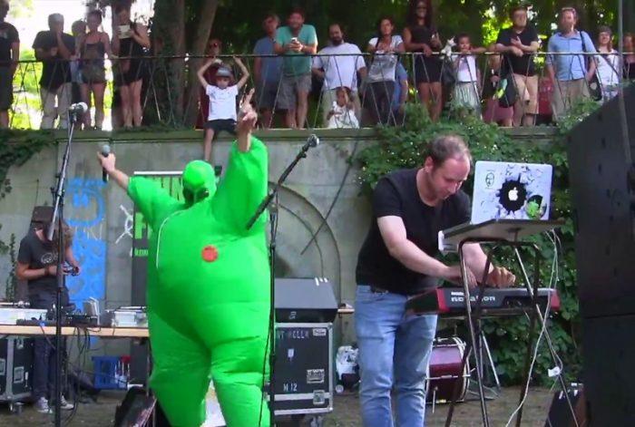 Kunstfehler-Alien-Kostüm-Maschinen-Edelweisspiratenfestival-Edelweisspiraten-Festival-Köln-Friedenspark-Flirtgraben-Probleme-Live-Musik-Koblenz-Duo-Band-Rock-Rap-Show-2018