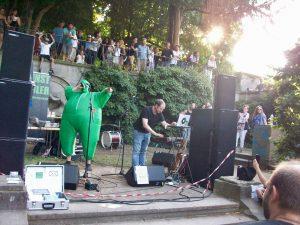 kunstfehler-musik-köln-edelweisspiratenfestival-2018-flirtgraben-friedenspark-festival-edelweisspiraten-sommer-in-der-stadt-koblenz-duo-band-alien-kostüm-maschinen-rock-rap-10
